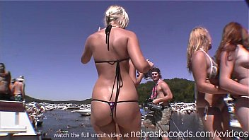 tanned hot girls dancing stripping off their bikinis 20分钟