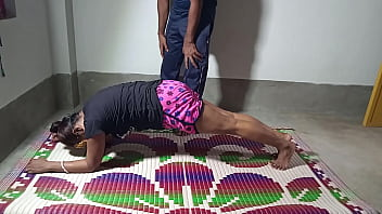 योगा ट्रेनर ने एक्सरसाइज सिखाने के बहाने जबरदस्ती चुदाई किया
