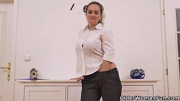 Euro milf Ameli stuffs her mature cunt with a dildo porno izle