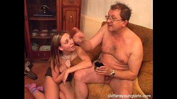 Молоденькая дала старому мужику смотреть онлайн на ПорноТелки.com