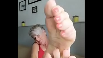 MATURE MILF TEASES WITH HER FEET WRINKLED SOLES