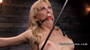 Blonde Milf slave suffers bondage 5分钟