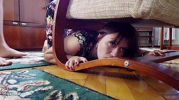 男友感性的狗孩儿他妈的粘在椅子底下 - 暨面部