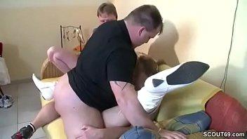 Mutti fickt mit Papa und dem Nachbarn rum