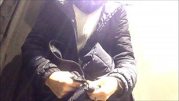 在她最喜欢的比基尼店购物:不幸的是,他们放了一个隐藏的摄像机。非法!