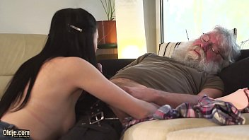 Sensual Teen has sex with really old man and makes him cum 10分钟