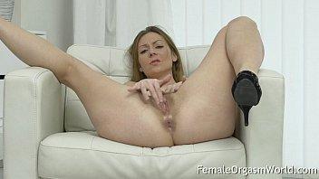 Mature MILF Masturbates Her Hairy Pussy to Orgasm 11分钟