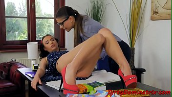 Spex babe dominates over submissive teen 6分钟