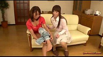 【レズ】巨乳ママ友にお茶を零して拭きながらオッパイにイタズラするレズ若妻w