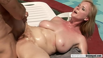 O matura fututa brutal pe sezlong la piscina de un vecin