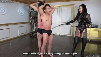 Japanese dominatrix Youko whips and bites the masochist man 3分钟