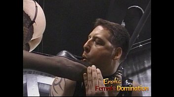 Two raunchy sluts have some fun with a stud in the dungeon 30分钟