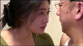 पति ने अपनी पत्नी को अपने दोस्त को दरवाजे के माध्यम से देखने के लिए जाने दिया 13