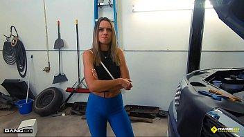 Roadside - Hot Mom Fucks Mechanic To Get Her Car Back porno izle