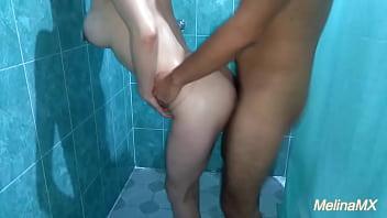 Mi vecino me sorprende bañándome y me coge riquísimo