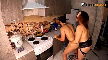 Страпон секс на кухне. Мы трахаем друг друга)