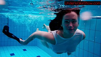 Perfect shaved teen in the pool 4分钟