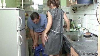 Mutti Fickt den Handwerker ohne Gummi wenn Papa auf Arbeit Vorschaubild