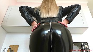 Streaming Video Beauty Bella and other girls walk in leather leggings and get fucked - XLXX.video