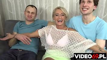 POLSKIE MAMUŚKI - MAŁGORZATA - Trójkąt na kanapie - Małgosia, Robert i pan z ochrony porno izle