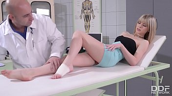 Doc fucks patient Bianka Brill's sexy feet after banging her tight pussy 11分钟