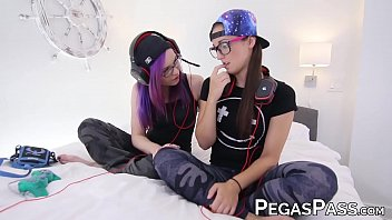 Dyke gamer Mia Luna fingered during oral funtime
