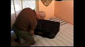 enana en una maleta