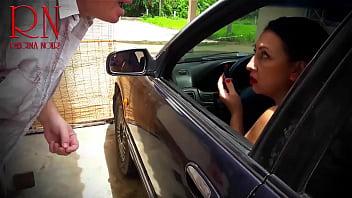 小姐,我需要您的帮助! 吸我的鸡巴! 男人在她的脸和嘴唇上cums。  在停车场的可爱口交。 夫人在汽车上画她的嘴唇。 男子路过要求吮吸他的公鸡。 女人很惊讶! 但是她真的很喜欢吮吸鸡巴。 这家伙很幸运! 他在停车场操了个fuck子。 该名男子在她的脸和嘴唇上昏了过去。