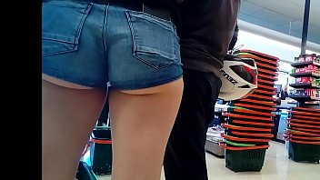 Candid hot girl with booty shorts and big ass showing cheeks (no sound) 85秒