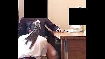 Le Chupa la VERGA a su Profesor en un Salón! Colegiala Mexicana Chupando la VERGA de su MAESTRO en un Salón de la Escuela!