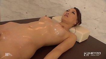 無修正、宮村恋。スレンダーな美巨乳ギャルが全裸で性感オイルマッサージ