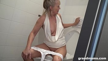 Blonde granny puts toilet brush up young boys asshole 5分钟