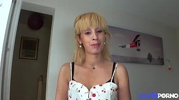 Zhelia, maman mal baisée, veut un jeune bien monté thumbnail