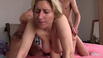 REIFE SWINGER - German amateur mature swingers banging in hardcore threesome Porno indir