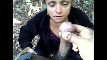 Fazendo uma chupeta no mato.