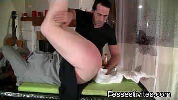 Wrist grabbed spanked over knee diapered Une fessée une couche et au lit