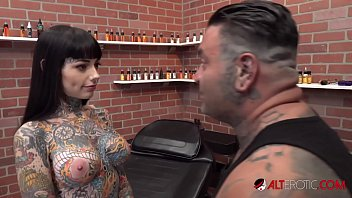 Tiger Lilly gets a forehead tattoo while nude 10分钟