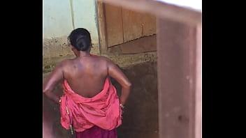 Desi village horny bhabhi nude bath show caught by hidden cam 35秒
