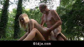 Beard: Berjanggut Oldman Threesome Dengan Remaja Pirang