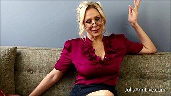 La tettona bionda insegnante Julia Ann si scopa da sola!