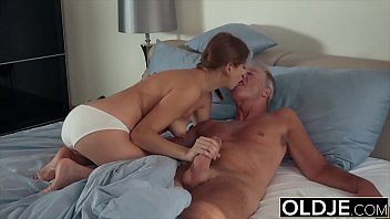 Holly fuck grandpa puts his cock inside young pussy 11分钟