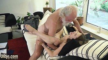 美丽的少女性交由老男人性交他把他的老公鸡在她年轻的阴部里面然后推在她的嘴里和她的喉咙里的cums性感和湿