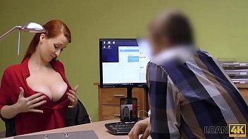 LOAN4K. La rousse Isabella Lui avec d'énormes sirènes a des relations sexuelles contre de l'argent avec un agent de prêt