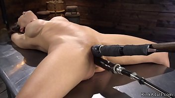 Shaved pussy Milf takes machine in bdsm 5分钟