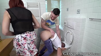 Ginger GILF pegging her young BF before sucking two dicks 7分钟