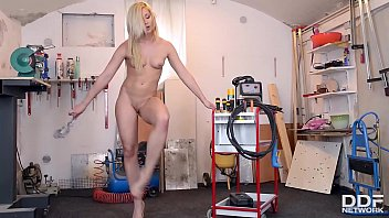Stunning hot babe Tracy Lindsay fills dripping wet pink with screwdriver
