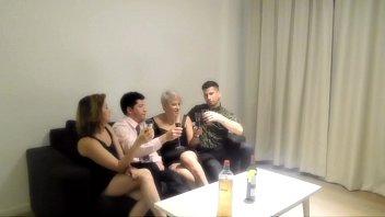 Orgia com minha irmã e dois estranhos que encontramos em um bar 23分钟