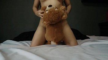 Pequeña adolescente juega con su osito -  Agatha Dolly - squirt