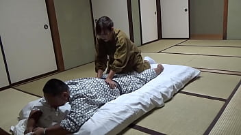 Seducing a Waitress Who Came to Lay Out a Futon at a Hot Spring Inn and Had Sex With Her! The Whole Thing Was Secretly Caught on Camera in the Room! 28分钟