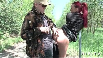 French redhead slut gets ass fucked in threesome outdoor 6分钟